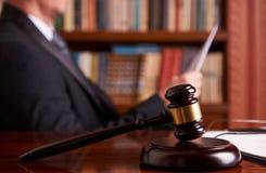 Rechter werken, die Wetsdocument houden royalty-vrije stock foto