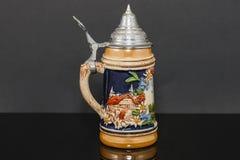 Rechterkant van een Duitse bierstenen bierkroes meer souvnier vanaf 1950 ` s Royalty-vrije Stock Afbeeldingen