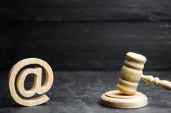 Rechters` s hamer en e-mailadres Het concept gerechtelijke procedures voor de beslaglegging van rechten de namen van post en webs royalty-vrije stock fotografie