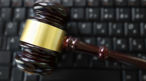 Rechters` s hamer op een computertoetsenbord Royalty-vrije Stock Afbeeldingen