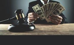 Rechters tellende dollars Corruptie in rechtvaardigheid stock foto
