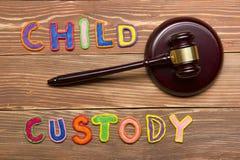 Rechtershamer en kleurrijke brieven betreffende kindbewaring, familierechtconcept Stock Foto