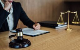 Rechtershamer met Rechtvaardigheidsadvocaten, Onderneemster in kostuum of advocaat die aan documenten werken Wettelijk wet, raads stock fotografie