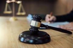 Rechtershamer met Rechtvaardigheidsadvocaten, Onderneemster in kostuum of advocaat die aan documenten werken Wettelijk wet, raads stock afbeelding