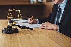 Rechtershamer met Rechtvaardigheidsadvocaten, Zakenman in kostuum of advocaat die aan documenten werken Wettelijk wet, raads en r royalty-vrije stock fotografie