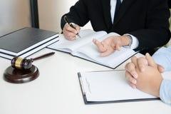 Rechtershamer met wettelijke documenten, advocaat die de bedrijfsmens raadplegen royalty-vrije stock fotografie
