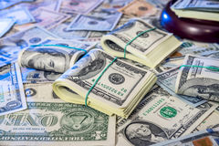 Rechtershamer tegen ons dollarachtergrond Stock Fotografie