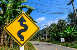 Rechtes Verkehrszeichen der kurvenreichen Straße Lizenzfreies Stockfoto