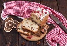 Rechthoekige die fruitcake in plakken wordt gesneden royalty-vrije stock foto
