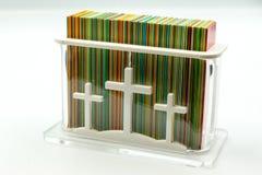 Rechthoekige doos met kaarten voor gebeden stock afbeelding