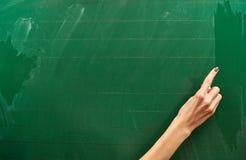 Rechts van een jong meisje klaar om op de grote groene schoolraad te schrijven Stock Foto