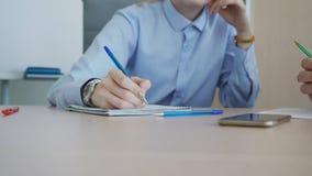 Rechts van jonge vrouwelijke manager neemt nota's terwijl overleg met werkgever stock videobeelden