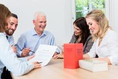 Rechtsanwälte in Verhandlungsvereinbarung der Sitzung Lizenzfreies Stockfoto