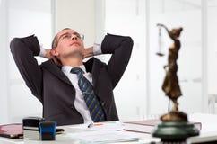 Rechtsanwalt auf seinem Arbeitsplatz Stockbild