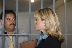 Rechtsanwalt-With Criminal Behind-Stangen Stockfoto
