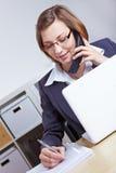 Rechtsanwalt, der Abfrage durch Telefon gibt Stockbilder