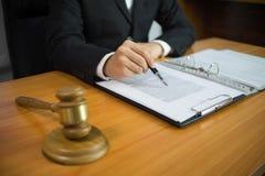 Rechtsanwalt, der auf dem Tisch im Büro arbeitet Beraterrechtsanwalt, Rechtsanwalt, Gerichtsrichter, Konzept lizenzfreie stockfotografie