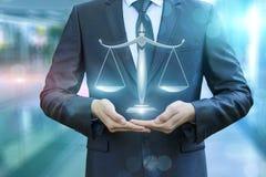 Rechtsanwalt, der die Skalen von Gerechtigkeit zeigt lizenzfreie stockbilder