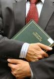 Rechtsanwalt, der ein Buch anhält Lizenzfreie Stockbilder