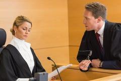 Rechtsanwalt, der mit dem Richter spricht lizenzfreie stockbilder