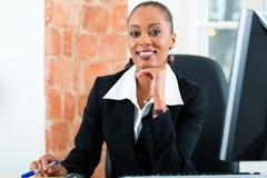 Rechtsanwalt im Büro, das auf dem Computer sitzt Lizenzfreie Stockfotos