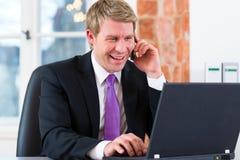 Rechtsanwalt im Büro, das auf dem Computer sitzt Lizenzfreies Stockfoto