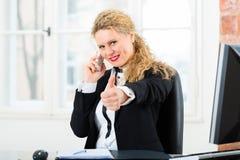 Rechtsanwalt im Büro, das auf dem Computer sitzt Stockbilder