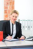 Rechtsanwalt im Büro mit dem Gesetzbuch, das an Schreibtisch arbeitet Lizenzfreies Stockbild