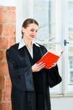 Rechtsanwalt im Bürolesegesetzbuch Stockbild