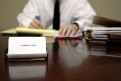 Rechtsanwalt am Schreibtisch Stockbild
