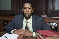 Rechtsanwalt Sitting In Courtroom Stockfotos