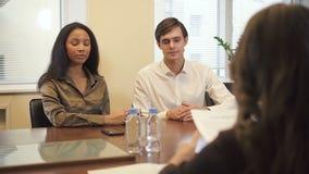 Rechtsanwalt und Unternehmensmanager erfolgreichen Hypothekenvertrag aufnehmen stock video