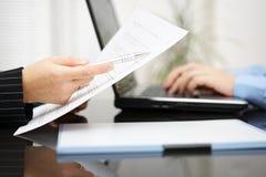 Rechtsanwalt zeigt auf Vertragartikel auf Vertrag lizenzfreies stockbild