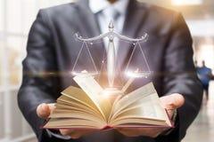 Rechtsanwalt zeigt das Buch und die Skalen von Gerechtigkeit stockfotos