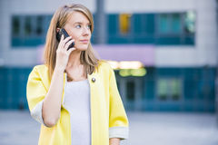Rechtsanwaltgeschäftsfraufachmann, der draußen geht, sprechend auf Cer stockbild