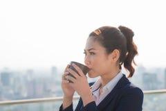 Rechtsanwaltgeschäftsfraufachmann, der draußen trinkendes coff geht stockbild