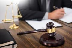 Rechtsanwalthand schreibt das Dokument vor Gericht (Gerechtigkeit, Gesetz) mit sou stockfoto