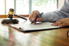Rechtsanwalthand schreibt das Dokument vor Gericht u. x28; Gerechtigkeit, law& x29; mit sou stockbilder