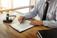 Rechtsanwalthand schreibt das Dokument vor Gericht u. x28; Gerechtigkeit, law& x29; mit sou lizenzfreie stockfotos