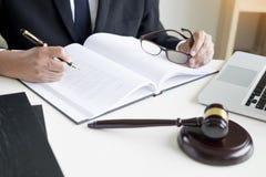 Rechtsanwalthand schreibt das Dokument vor Gericht u. x28; Gerechtigkeit, law& x29; mit sou stockfoto