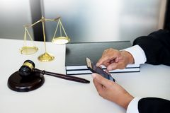 Rechtsanwalthand unter Verwendung des intelligenten Telefons vor Gericht u. x28; Gerechtigkeit, law& x29; mit Ton stockbild