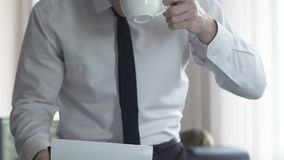 Rechtsanwaltlesekunden-Falldatei im Büro, Geschäftsmanntrinkbecher des Kaffees stock footage