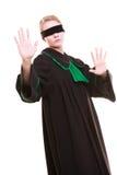 Rechtsanwaltrechtsanwalt in der Klassikerpolitur-Kleiderbedeckung mustert mit Augenbinde Stockfoto