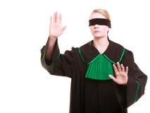 Rechtsanwaltrechtsanwalt in der Klassikerpolitur-Kleiderbedeckung mustert mit Augenbinde Lizenzfreies Stockfoto