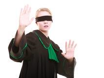 Rechtsanwaltrechtsanwalt in der Klassikerpolitur-Kleiderbedeckung mustert mit Augenbinde Stockfotos