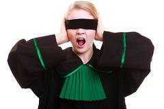 Rechtsanwaltrechtsanwalt in der Klassikerpolitur-Kleiderbedeckung mustert mit Augenbinde Lizenzfreie Stockfotos