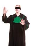 Rechtsanwaltrechtsanwalt in der Klassikerpolitur-Kleiderbedeckung mustert mit Augenbinde Lizenzfreie Stockfotografie