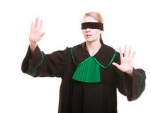 Rechtsanwaltrechtsanwalt in der Klassikerpolitur-Kleiderbedeckung mustert mit Augenbinde Stockbild