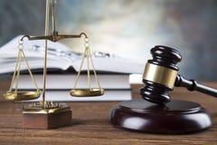 Rechtsanwaltsbürohintergrund Gesetzessymbolzusammensetzung auf grauem Steinhintergrund stockfotos