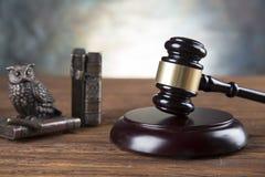 Rechtsanwaltsbürohintergrund Gesetzessymbolzusammensetzung auf grauem Steinhintergrund lizenzfreie stockbilder